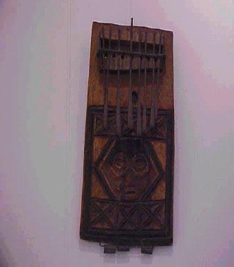 Idiófono de punteado en forma de tabla
