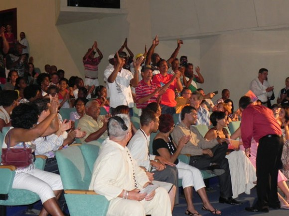 Los integrantes de la Conga de los Hoyos, agradecieron a Frank este concierto.Foto Marianela Dufflar