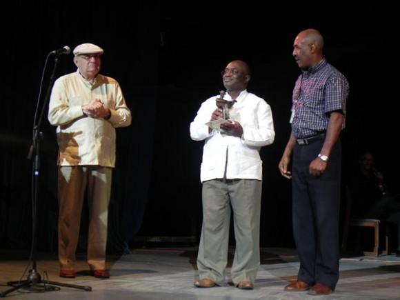 Joaquín Betacourt, recibió el Prmio de Honor Cubasdico 2011, en la Gala inaugural. Foto Marianela Dufflar