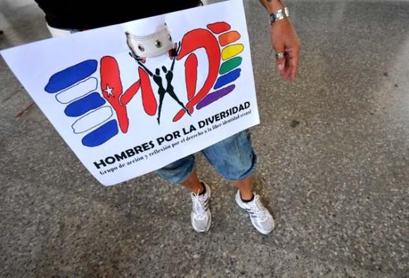 Vista de un cartel hoy, sábado 14 de mayo de 2011, durante una marcha contra la homofobia por una céntrica avenida de La Habana (Cuba), donde portaron banderas del arcoiris e imágenes de Fidel Castro, al demandar respeto por los derechos de la comunidad gay de la isla. La caminata, que partió de un céntrico punto del paseo del Malecón habanero y se extendió por un tramo de unos 500 metros, estuvo encabezada por Mariela Castro, directora del Centro Nacional de Educación Sexual (Cenesex) e hija del presidente cubano, Raúl Castro. EFE/Alejandro Ernesto