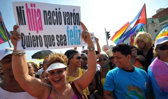 Un grupo de personas participa hoy, sábado 14 de mayo de 2011, en una marcha contra la homofobia por una céntrica avenida de La Habana (Cuba), portando banderas del arcoiris e imágenes de Fidel Castro, al demandar respeto por los derechos de la comunidad gay de la isla. La caminata, que partió de un céntrico punto del paseo del Malecón habanero y se extendió por un tramo de unos 500 metros, estuvo encabezada por Mariela Castro, directora del Centro Nacional de Educación Sexual (Cenesex) e hija del presidente cubano, Raúl Castro. EFE/Alejandro Ernesto