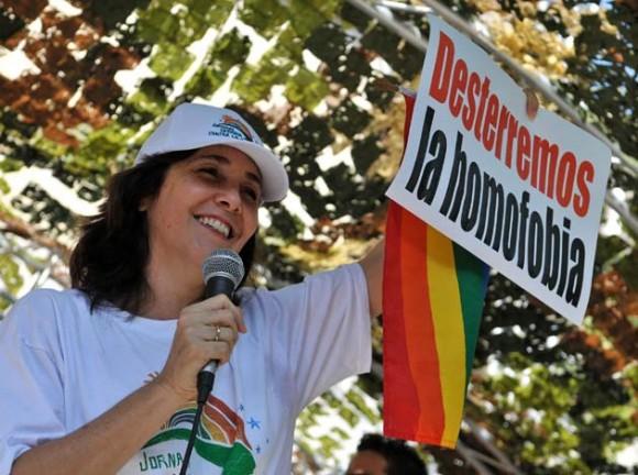 Mariela Castro, directora del Centro Nacional de Educación Sexual (Cenesex) e hija del presidente cubano, Raúl Castro, pronuncia un discurso hoy, sábado 14 de mayo de 2011, tras participar en una marcha contra la homofobia por una céntrica avenida de La Habana (Cuba), en la que se demanda respeto por los derechos de la comunidad gay de la isla. La caminata partió de un céntrico punto del paseo del Malecón habanero y se extendió por un tramo de unos 500 metros. EFE/Alejandro Ernesto