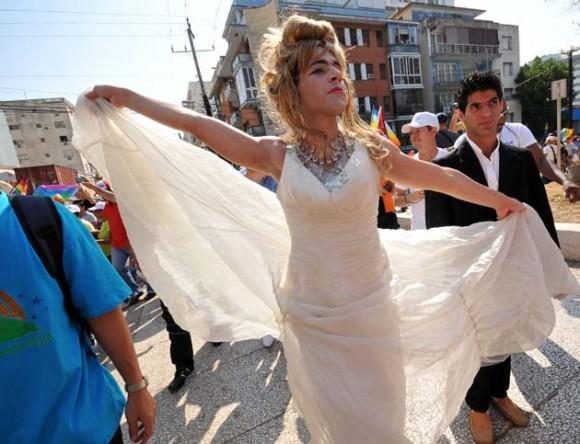 Un grupo de personas participa hoy, sábado 14 de mayo de 2011, en una marcha contra la homofobia por una céntrica avenida de La Habana (Cuba), donde portaron banderas del arcoiris e imágenes de Fidel Castro, al demandar respeto por los derechos de la comunidad gay de la isla. La caminata, que partió de un céntrico punto del paseo del Malecón habanero y se extendió por un tramo de unos 500 metros, estuvo encabezada por Mariela Castro, directora del Centro Nacional de Educación Sexual (Cenesex) e hija del presidente cubano, Raúl Castro. EFE/Alejandro Ernesto