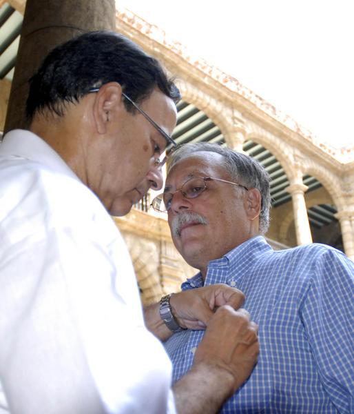 Tubal Páez (I), presidente de la Unión de Periodista de Cuba, impone distinción Félix Elmuza, José Pertierra, abogado que representa al gobierno de Venezuela para la extradición del terrorista Luís Posada Carriles, en el Palacio de Los Capitanes Generales, en La Habana Vieja, Cuba, el 13 de mayo de 2011. AIN FOTO/Sergio ABEL REYES/thm