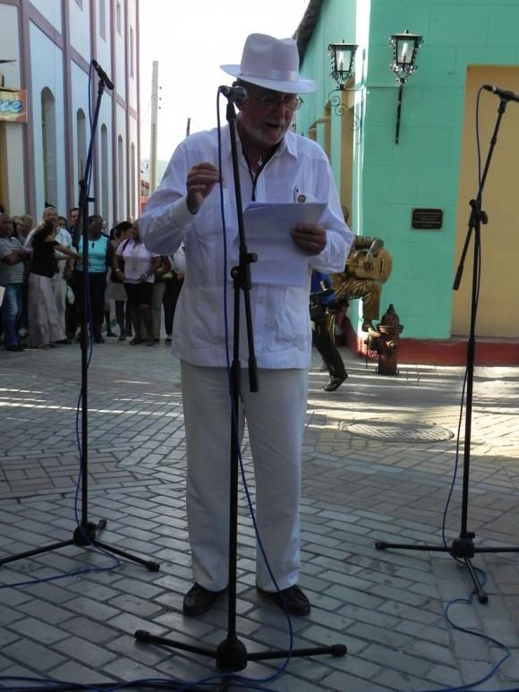 Trabajadores de la Fundación Caguayo ultiman detalles de la escultura en homenaje a Miguel Matamoros. Foto Marianela Dufflar
