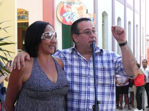 Abel Acosta, Vice Ministro de Cultura y Martha Matamoros, revelaron la idea de rendir tributo por medio de esta escultura.Foto Marianela Dufflar