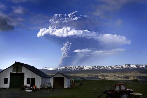 Se puede observar como una nube de humo se eleva tras la erupción del volcán Grimsvotn en la pradera islandesa / AFP PHOTO/ STR