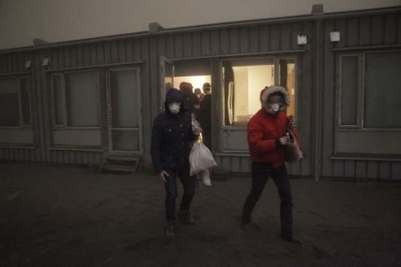 Turistas caminan entre la nube de ceniza y humo en Islandia. / AFP PHOTO/ Vilhelm Gunnarsson