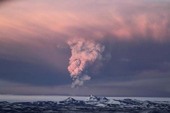 Una columna de humo, vapor y ceniza se eleva desde el volcán Grimsvotn, que está bajo el glaciar Vatnajokull, 200 kilómetros al este Reikiavik, capital de Islandia. La imagen corresponde al sábado 21 de mayo de 2011, cuando el volcán comenzó una erupción por primera vez desde 2004. Las autoridades de Islandia cerraron el domingo su principal aeropuerto internacional y cancelaron vuelos internos debido a la ceniza expulsada del volcán. Un vuelo fue cancelado el lunes 23 de mayo en Groenlandia debido a la ceniza procedente de Islandia. (AP foto/Jon Gustafsson)