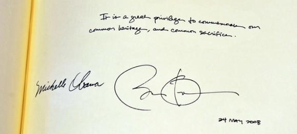 El presidente norteamericano firma en el libro de visitas de la Abadía de Westminster con fecha 2008- (REUTERS)