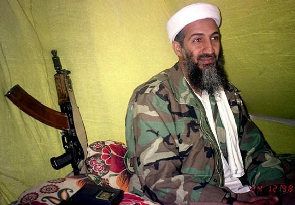 Esta foto de archivo del 24 de diciembre de 1998, Osama bin Laden, el líder de Al-Qaeda, habla con un grupo de reporteros en las montañas de la provincia de Helmand en el sur de Afganistán. Foto: Rahimullah Yousafzai / AP Photo