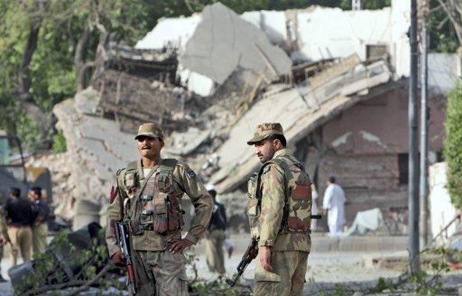 Soldados paquistaníes montan guardia frente a un edificio de la policía después de que este fue destruido por un agresor suicida a bordo de un vehículo cargado de explosivos en Peshawar, Pakistán, el miércoles 25 de mayo de 2011. El primer ministro de Pakistán amenazó con salir a atacar los santuarios de los extremistas si éstos siguen cometiendo atentados contra instalaciones gubernamentales. (Foto AP/Mohammad Sajjad
