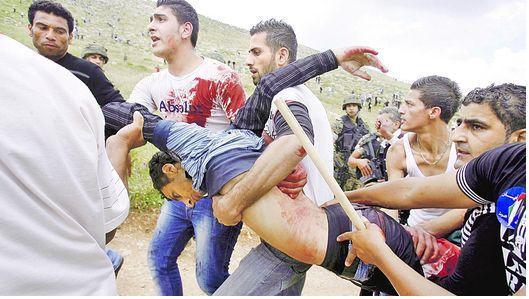 Palestinos llevan el cuerpo de un compatriota asesinado por el ejército israelí en la frontera con Líbano