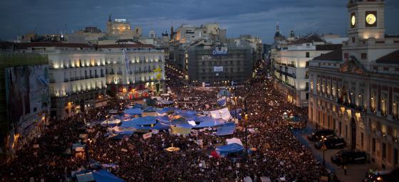 Manifestantes esta noche en la Puerta del Sol. / Foto: Emilio Morenatti (AP)