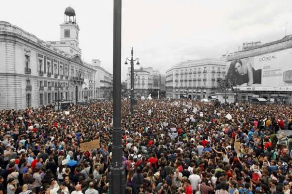 Vista general de la concentración a la que asisten gran número de jóvenes que reclaman una cambio en la política y en la sociedad, esta tarde en la Puerta del Sol de Madrid. Una veintena de furgones de policías antidisturbios han sido desplegados por los accesos a la plaza, así como ante la Real Casa de Correos, sede de la Comunidad de Madrid. EFE/J.J. Guillén