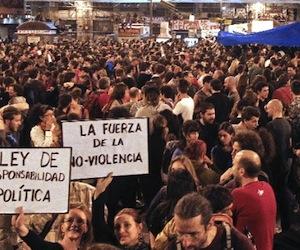 Miles de personas desafían a policía española y se concentran en la Plaza del Sol