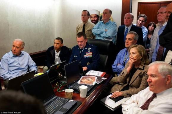 Sala situacional de la Casa Blanca, por @rcalzadad en Twitter