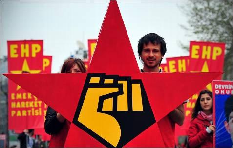 Manifestantes de grupos de izquierda marchan con una estrella roja cerca de la plaza Taksim, durante unam manifestación por el primero de mayo en Estambul.