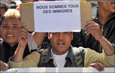 """Un hombre sostiene una pancarta con el texto """"Todos somos inmigrantes"""" durante las manifestaciones en Marsella, al sur de Francia.- AFP PHOTO / BORIS HORVAT"""
