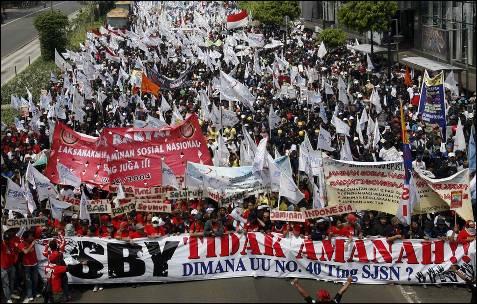 Más de 15.000 personas se han manifestado en Yakarta y otras grandes ciudades de Indonesia para pedir mejores políticas de empleo.- REUTERS/Supri