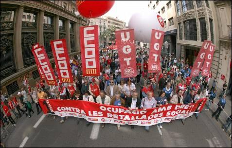 Los secretarios generales de CCOO, Ignacio Fernández Toxo, y de UGT, Cándido Méndez (en el centro), encabezan la manifestación en Valencia.- EFE/Manuel Bruque
