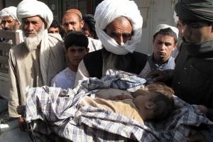 LO QUE HAN DEJADO LOS INVASORES Familiares de niños afganos fallecidos durante un bombardeo de la OTAN llevan sus cuerpos a Lashkar Gah, la capital de la provincia de Helmand, para denunciar el ataque.- MEER AFZAL (EFE)