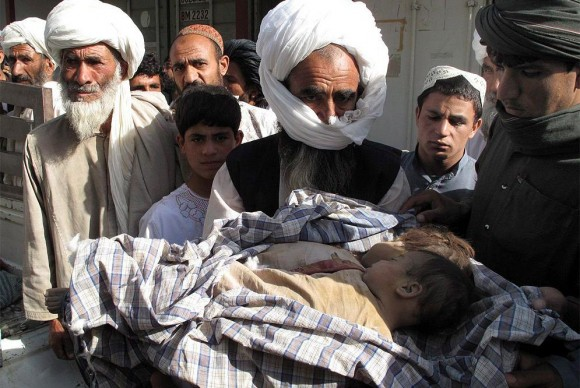 ¿Pudieron estos inocentes de dos años ser Talibanes? ¿Hastá cuándo? Familiares de niños afganos fallecidos durante un bombardeo de la OTAN llevan sus cuerpos a Lashkar Gah, la capital de la provincia de Helmand, para denunciar el ataque.- MEER AFZAL (EFE)