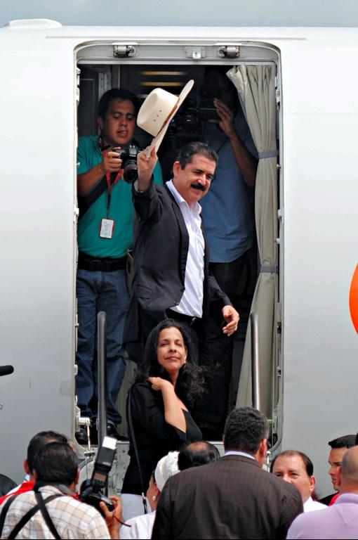 Zelaya se despide en Managua, de regreso a Tegucigalpa. Foto: AFP