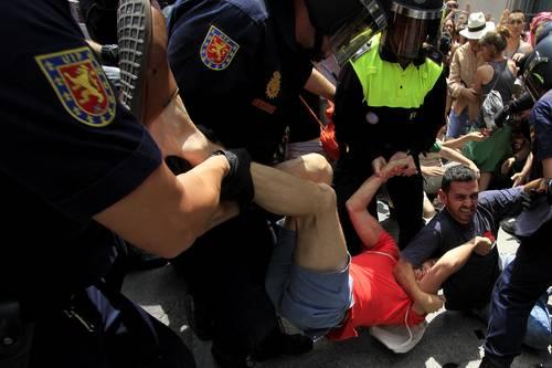 Desalojo de integrantes del movimiento 15M cerca de la plaza de la Villa, de Madrid, donde Alberto Ruiz Gallardón tomó posesiónFoto Notimex