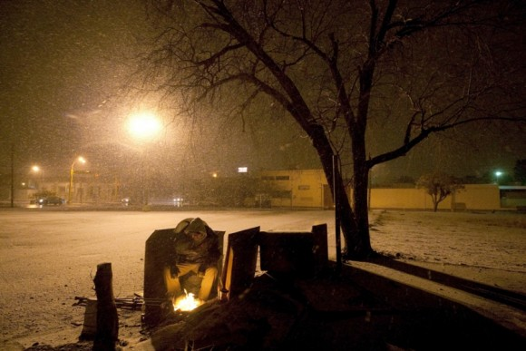Un hombre de los refugios durante una tormenta invernal en Ciudad Juárez, 2 de febrero. La nieve y las temperaturas bajo cero son una rareza en esta zona.  | Foto: Jesús Alcázar / AFP
