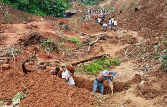 Residentes buscan los cuerpos de las víctimas de un deslizamiento de tierra en Kingking, Filipinas, el 24 de abril. Las autoridades dijeron que 15 mineros habían sido rescatados, pero aún 21 personas siguen desaparecidas desde el deslizamiento de tierra. | Foto: Erik de Castro / Reuters