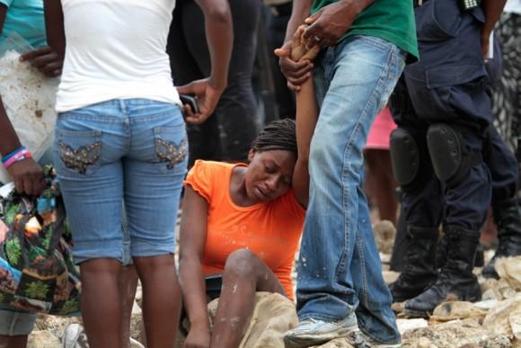 Una mujer reacciona en el lugar de un mortal deslizamiento de tierras en Port-au-Prince, el 7 de junio. Las fuertes lluvias golpearon el sur de Haití por séptimo día consecutivo, provocando inundaciones y deslizamientos de tierra que hicieron colapsar las casas de la capital. | Foto: Dieu Nalio Chery  / AP