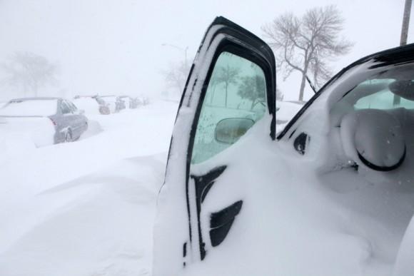 La nieve se acumula en un auto que tenía las puertas abiertas en Lake Shore Drive, el 2 de febrero en Chicago. Una tormenta invernal de proporciones históricas dejo atascados en la nieve a cientos de conductores por más de 12 horas y durante la noche. Los escolares de la ciudad tuvieron en la vía pública y a orillas de lago su primer día de nieve. | Foto: Kiichiro Sato / AP