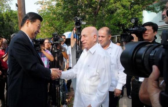 Xi Jinping (I), miembro del Comité Permanente del Buró Político del Comité Central del Partido Comunista de China y Vicepresidente de la República Popular China, fue recibido el 06 de junio de 2011, por José R. Machado Ventura (D),  Vicepresidente cubano y miembro del Buró Político del Comité Central del Partido Comunista de Cuba, en el policlínico  15 y 18, en el municipio, Plaza de la Revolución, en La Habana, Cuba. AIN FOTO/Oriol de la Cruz ATENCIO