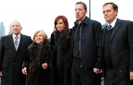Cristina Fernández junto a los padres del héroe de Malvinas Roberto Mario Fiorito, y el malvinense James Peck, en el nuevo helipuerto presidencial/ Casa Rosada. Presidencia de la nación argentina
