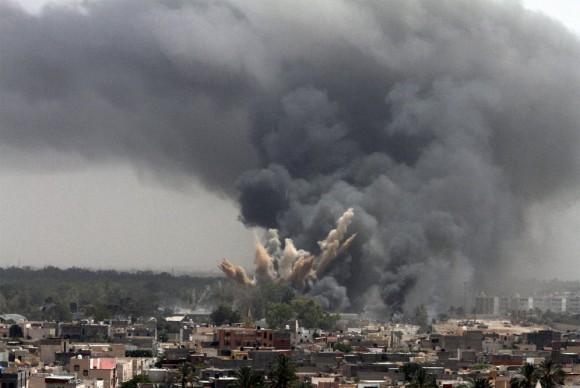 Columnas de humo se elevan en un barrio de Trípoli tras un ataque aéreo de la OTAN.