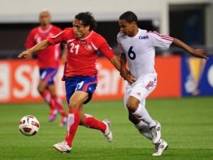 Yoel Colomé Valencia (der) de Cuba pelea la pelota con Randall Brenes Moya (izq) de Costa Rica (AFP, robyn beck)
