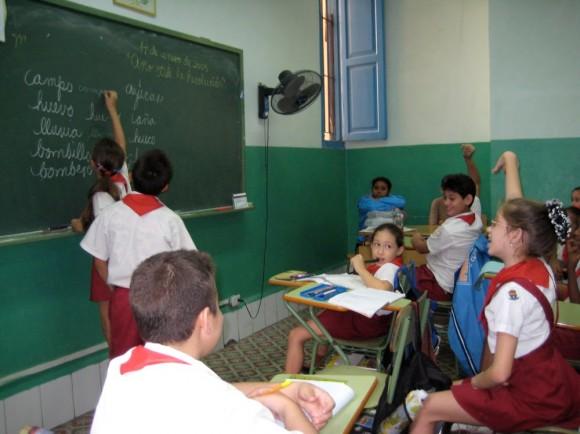 cuba-educacion-ninos-escuela-caligrafia