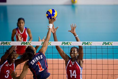 Las cubanas frente al equipo de EEUU en el Voleibol.