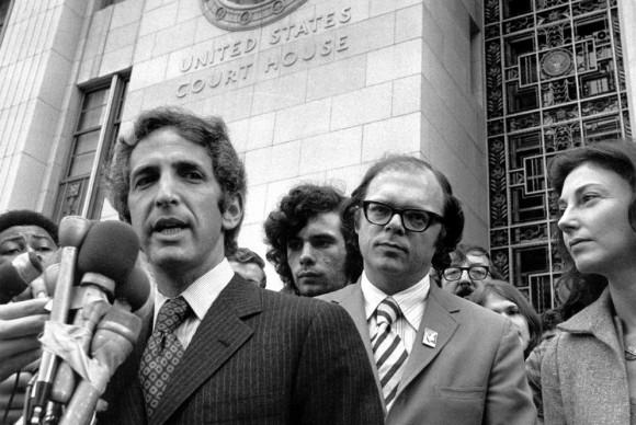 Daniel Ellsberg habla a los reporteros en junio de 1973.