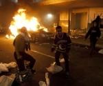 Fanáticos de los Canucks de Vancouver toman parte en disturbios callejeros en el centro de la ciudad luego de la derrota de su equipo en la final de la Copa Stanley de hockey ante los Bruins de Boston, el miércoles 15 de junio del 2011. (Foto AP/The Canadian Press, Ryan Remiorz)