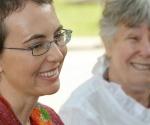Fotografía tomada el 17 de mayo de 2011 que muestra a la congresista demócrata de EE UU Gabrielle Giffords (izquierda) junto a su madre, Gloria. La foto, difundida hoy en Facebook, es la primera imagen que se hace pública de Griffords tras el disparo que recibió el pasado enero en Tucson, Arizona, y que la dejó varios días en coma.- AFP / P.K. Weis/SouthwestPhotoBank.com