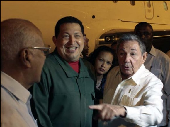 Raúl y Chávez en el Aeropuerto José Martí, esta madrugada. Foto: Marcelo García / Prensa Presidencial de Venezuela