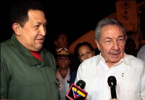 Chávez y Raúl en el Aeropuerto José Martí, esta madrugada. Foto: Marcelo García / Prensa Presidencial de Venezuela