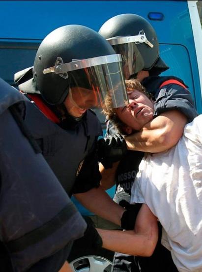 Dos 'mossos' detienen a una persona en la calle Wellington esquina con la de Villena. Foto: EFE
