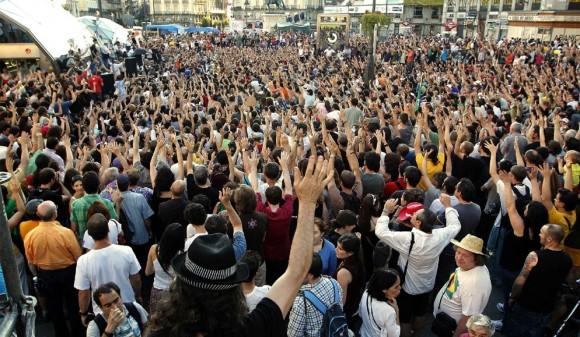 Tras las las marchas por distintas calles de Madrid, y concentrarse en la Plaza de Neptuno, miles de indignados han regresado a uno de los puntos claves del movimiento: la Puerta del Sol. Foto: Reuters
