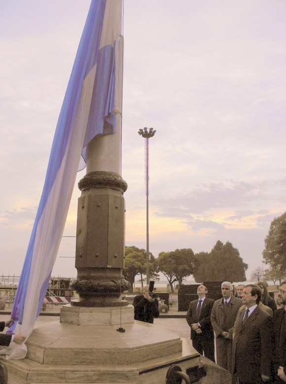 El embajador cubano Jorge Lamadrid iza la bandera en homenaje al Che.