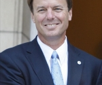Ex senador de EE.UU., John Edwards, acusado de 6 cargos por malversación de fondos y conspiración.