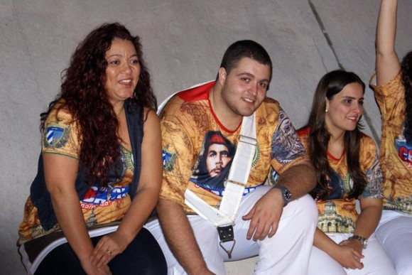 El Che entre los jóvenes brasileños asistentes al evento.  Foto: Norelys Morales