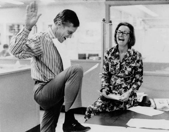 Katharine Graham, el entonces editor de The Washington Post, y el entonces editor ejecutivo Benjamin C. Bradlee mirar por encima de la decisión de Corte Suprema de EE.UU. que permite el papel para publicar historias basadas en el secreto Papeles del Pentágono el 30 de junio de 1971. (CARLOS DEL VECCHIO - Post)